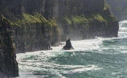 Zusammenstoßende Wellen, Klippen von Moher Stockbilder