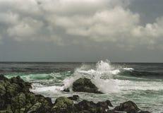 Zusammenstoßende Wellen und schroffe Küstenlinie auf Kalifornien-` s Monterey bellen Stockfotografie