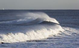 Zusammenstoßende Wellen und Seespray mit einem Ontariowie Horizont des kleinen Bootes Stockfotos