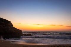 Zusammenstoßende Wellen von Miramar-Strand bei Sonnenuntergang stockbild