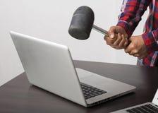 Zusammenstoßender Laptop des verärgerten Mannes Stockfoto
