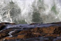 Zusammenstoßende große Welle Stockfoto
