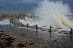 Zusammenstoßende Wellen von einem stürmischen Meer Stockfoto