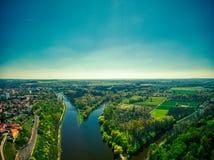 Zusammenströmen der Elbe- und Moldau-Flüsse stockbild