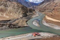 Zusammenströmen von Zanskar und von Fluss Indus - Leh, Ladakh, Indien Lizenzfreie Stockfotografie