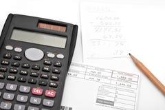 Zusammenzählen Monatsunkosten Stockfotografie