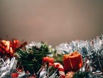 Zusatz- und Weihnachtsdekoration mit dem unfocused Hintergrund, zum des Textes zu schreiben stockfotografie