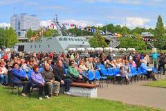 Zuschauer auf dem Damm von Peter der Große Lizenzfreie Stockfotos