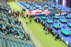 Zuschauer auf Ständen und Konkurrenten bei VII internationalem Billard-Turnier Stockfotos