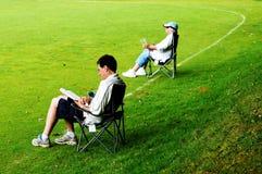 Zuschauer in den deckchairs lizenzfreie stockfotografie