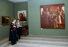 Zuschauer an der Ausstellung in Moskau-staatlicher Schule des Watercolour von Sergei Andriyaka im Malerei ` Zar Iwan IV, umgeben  Stockfotografie