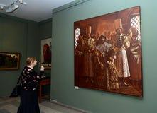 Zuschauer an der Ausstellung in Moskau-staatlicher Schule des Watercolour von Sergei Andriyaka im Malerei ` Zar Iwan IV, umgeben  Lizenzfreies Stockfoto