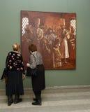 Zuschauer an der Ausstellung in Moskau-staatlicher Schule des Watercolour von Sergei Andriyaka im Malerei ` Zar Iwan IV, umgeben  Lizenzfreie Stockfotografie