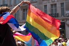 Zuschauer, der LGBT-Regenbogenflagge während homosexuellen Pride Parades, London 2018 feiert und wellenartig bewegt lizenzfreie stockfotos