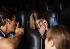 Zuschauer, der Shh Ausdruck zur Frauen-Anwendung gibt Stockfoto
