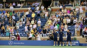 Zuschauer, die bei Arthur Ashe Stadium für amerikanische Hymnenleistung während US Open-Nachtsitzung 2014 stehen Stockbild