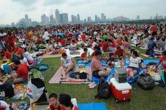 Zuschauer, die bei Marina Barrage Roof Garden zusammentreten, um die Livesiebung der 53. Nationaltag-Parade Singapurs anzusehen stockbilder