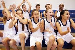 Zuschauer, die Highschool Basketball Team Match aufpassen Stockbilder