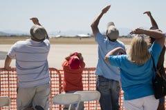 Zuschauer, die oben den Himmel untersuchen Lizenzfreie Stockfotos