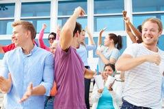 Zuschauer, die an Sportveranstaltungim freien zujubeln stockfotografie