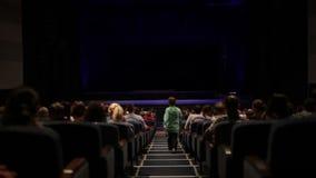 Zuschauer im Kinohaus. Variante mit Schirmbewegung. stock footage