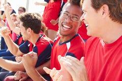 Zuschauer in Team Colors Watching Sports Event Lizenzfreie Stockfotos