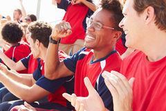 Zuschauer in Team Colors Watching Sports Event Lizenzfreies Stockfoto