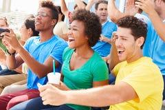 Zuschauer in Team Colors Watching Sports Event Lizenzfreies Stockbild