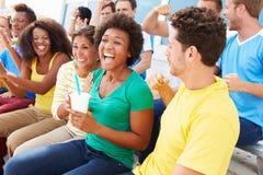 Zuschauer in Team Colors Watching Sports Event Stockbild