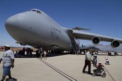 Zuschauer und enorme Flugzeuge Lizenzfreie Stockbilder