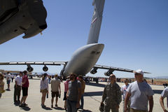 Zuschauer und enorme Militärflugzeuge Lizenzfreie Stockfotografie