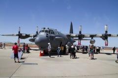 Zuschauer und enorme Militärflugzeuge Stockfoto