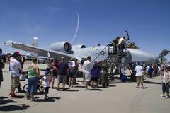 Zuschauer und enorme Militärflugzeuge Stockfotografie