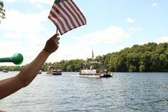 Zuschauerbeifallflußufer-Pontonparade in Eau Claire Wisconsin Lizenzfreies Stockfoto