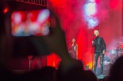 Zuschauerphotographien am Telefon, wie Marie Fredriksson (Roxe Lizenzfreies Stockbild