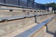 Zuschauertribünen auf dem Baseballgebiet der kleinen Liga stockfotos