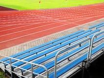 Zuschauertribünen, die im Stadion setzen Stockfotografie