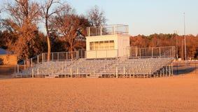 Zuschauertribünen mit einem Vereinkasten Stockfotografie