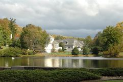 Zustand-Häuser durch Lake Lizenzfreie Stockfotos