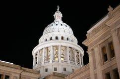 Zustand-Kapitol-Gebäude nachts in im Stadtzentrum gelegenem Austin, Texas stockfotos