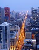 Zustand-Straße in im Stadtzentrum gelegenem Chicago nachts Lizenzfreies Stockfoto