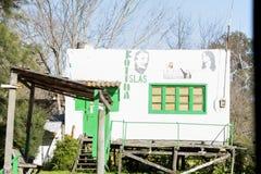 Zustand Tigre Buenos Aires/Argentinien 06/17/2014 Haus mit politischer Propaganda im Delta del Paraná Tigre Buenos Aires stockfotos