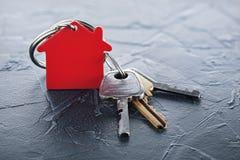 Zustandskonzept mit Schlüssel, rotes keychain mit dem Haussymbol, konkret Lizenzfreie Stockfotos