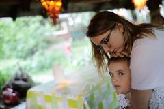 Zuster die broer koestert royalty-vrije stock afbeelding