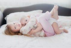 Zuster die jongere zuster koesteren royalty-vrije stock foto's