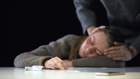 Zuster die 911 voor drug gewijde vrouw draaien die aan sterke intoxicatie, hulp lijden stock footage