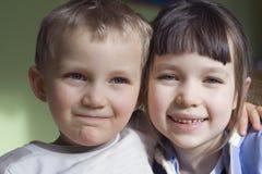 Zuster en broer stock afbeelding
