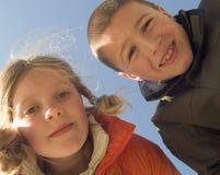Zuster en broer op het strand Stock Afbeeldingen