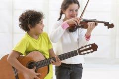 Zuster en Broer speelmuziek Stock Foto's