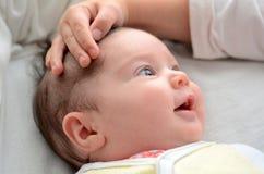 Zuster tuch haar pasgeboren zuster Royalty-vrije Stock Afbeeldingen